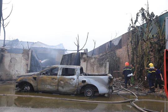 Cháy xưởng sơn, khói lửa mù mịt khiến đại lộ Thăng Long tê liệt - Ảnh 5.