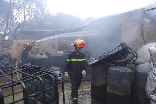 Cháy xưởng sơn, khói lửa mù mịt khiến đại lộ Thăng Long tê liệt - Ảnh 3.