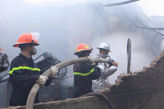 Cháy xưởng sơn, khói lửa mù mịt khiến đại lộ Thăng Long tê liệt - Ảnh 4.