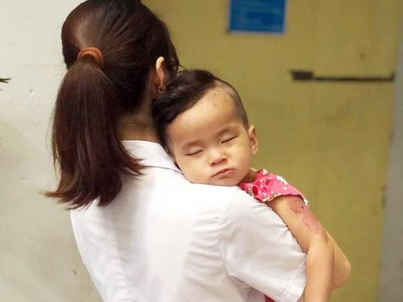 Hà Nội: Tìm người thân cho bé gái 15 tháng tuổi bị bỏ rơi tại công viên Hòa Bình trong tình trạng sốt cao