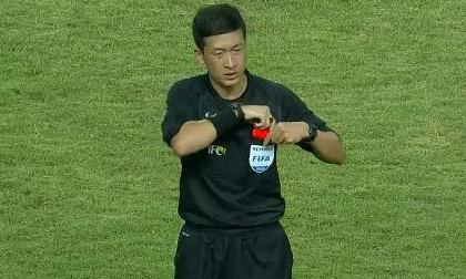 Triệu fan nữ săn lùng trọng tài Trung Quốc đẹp như tài tử trong trận gặp U23 Bahrain
