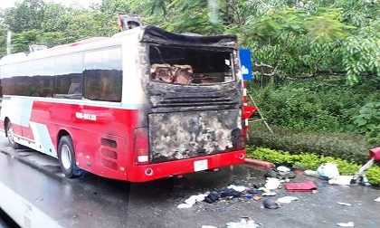 Xe du lịch bốc cháy, hàng chục người nước ngoài bung chạy