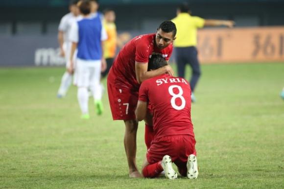 Áo đấu không có tên cầu thủ, chỉ in SYRIA và nỗi đau in hằn lên sân bóng