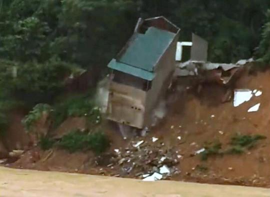 Kinh hoàng cảnh ngôi nhà 2 tầng bất ngờ đổ xuống sông Lò - 1
