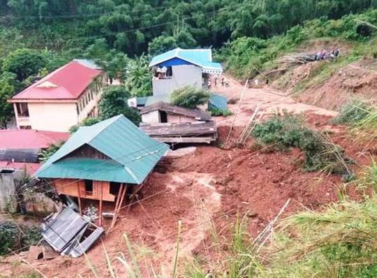 Kinh hoàng cảnh ngôi nhà 2 tầng bất ngờ đổ xuống sông Lò - 3