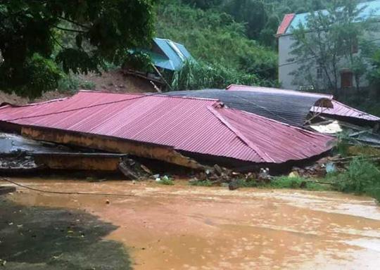 Kinh hoàng cảnh ngôi nhà 2 tầng bất ngờ đổ xuống sông Lò - 4