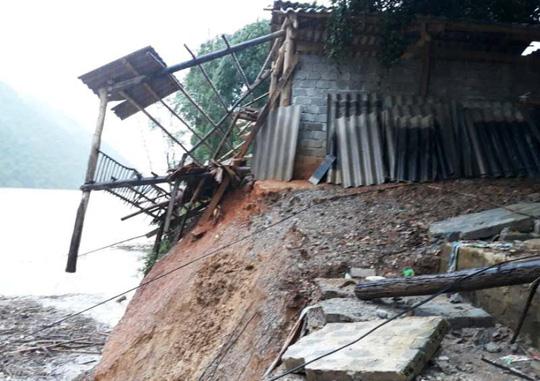 Kinh hoàng cảnh ngôi nhà 2 tầng bất ngờ đổ xuống sông Lò - 5