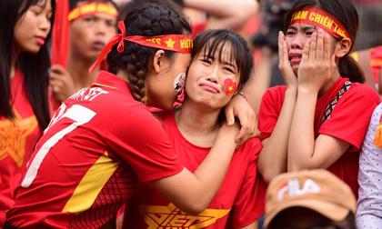 CĐV thất thần, khóc òa khi U23 Việt Nam thua ở loạt luân lưu định mệnh