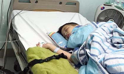 Mẹ đơn thân bật khóc nức nở trước câu hỏi của con trai bị ung thư máu: 'Mẹ cho con đi khai giảng…'