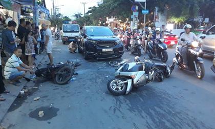 """Ô tô """"đại náo"""" phố Sài Gòn, xe máy văng tứ tung"""
