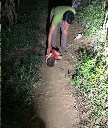 Bố mất, mẹ đi lấy chồng, bé trai ngủ co ro trên đường ở Hà Giang - 1