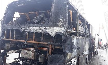 Hải Phòng: Ôtô khách giường nằm cháy rụi trên cầu Bính