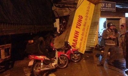 Xe container tông gần 10 xe máy rồi làm sập cửa hàng sửa xe, nhiều người thoát chết