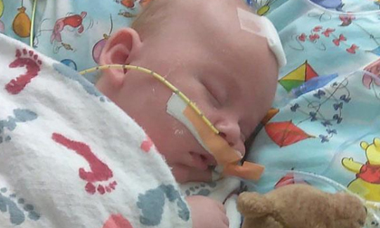 Bé 5 tuần tuổi ngộ độc phải nhập viện cấp cứu sau cái ôm của cha