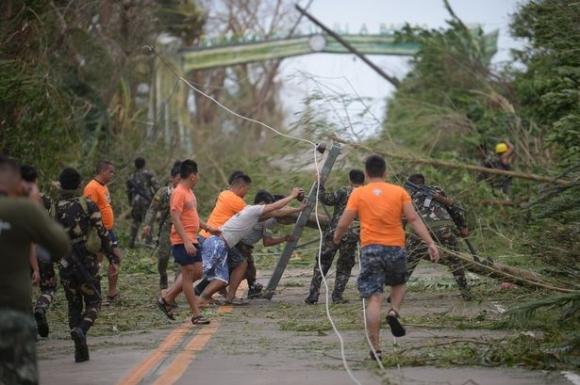 Cảnh tan hoang ở Philippines sau siêu bão Mangkhut sức gió 320 km/giờ - 1