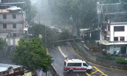 Nóng: Bão Mangkhut đã đổ bộ Hong Kong với từng cột sóng cao đến 14m