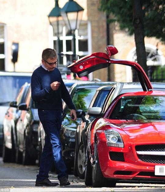 Cuộc sống siêu giàu của Mr Bean: Sở hữu gia sản nghìn tỷ, 63 tuổi vẫn nghiện đua xe - Ảnh 4.