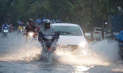 """Người Sài Gòn rẽ sóng về nhà sau cơn mưa """"chớp mắt"""""""