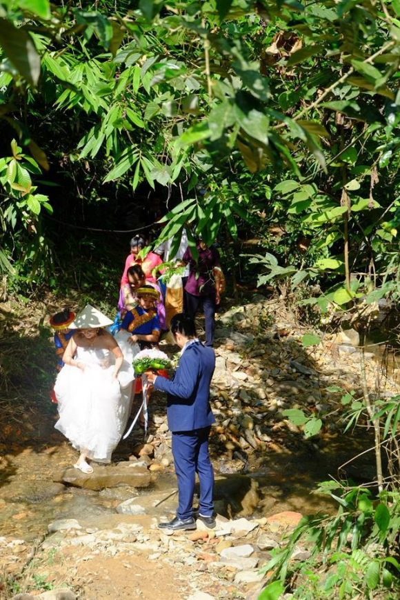 Hành trình gian nan trên đường về nhà chồng của cô dâu 61 tuổi - Ảnh 1.