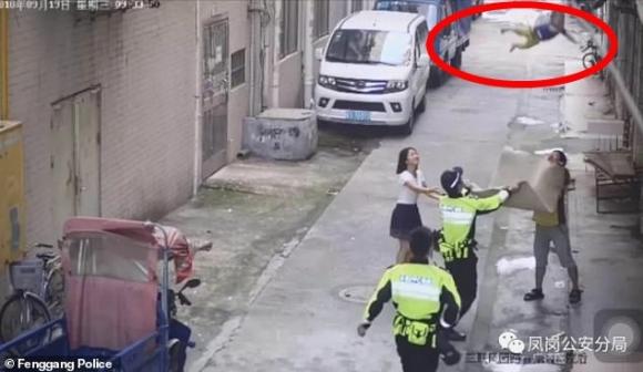 Đứng tim với khoảnh khắc cảnh sát và người đi đường dùng chiếu hứng được bé trai lơ lửng trên dây điện rồi rơi xuống - Ảnh 1.