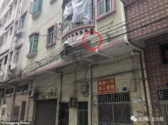 Đứng tim với khoảnh khắc cảnh sát và người đi đường dùng chiếu hứng được bé trai lơ lửng trên dây điện rồi rơi xuống - Ảnh 3.