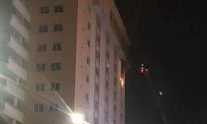 Tòa nhà ở Sài Gòn bốc cháy dữ dội trong đêm, người dân hoảng hốt tháo chạy