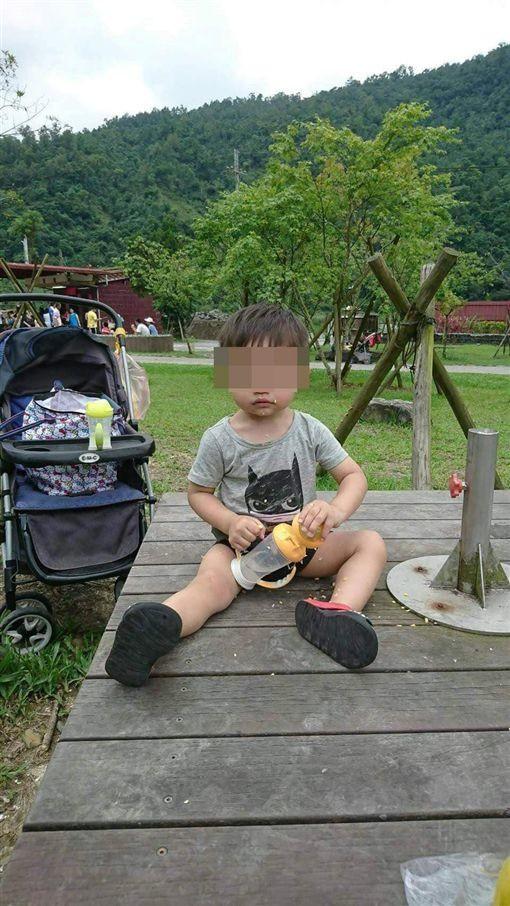 Đến nhà chồng cũ thăm con, người phụ nữ suýt ngất trước cảnh tượng khủng khiếp của con trai 3 tuổi ngay tại ban công trước cửa nhà 3