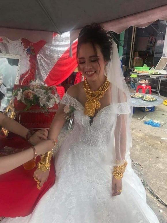 Mọi người chỉ chú ý đến số vàng cô dâu đang đeo trên người thay vì nhan sắc.
