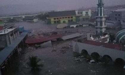 Video: Sóng thần cao 2m tấn công Indonesia, cuốn phăng mọi thứ trên đường