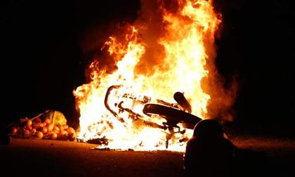 Xe máy bỗng dưng bốc cháy dữ dội khi đang đổ đèo