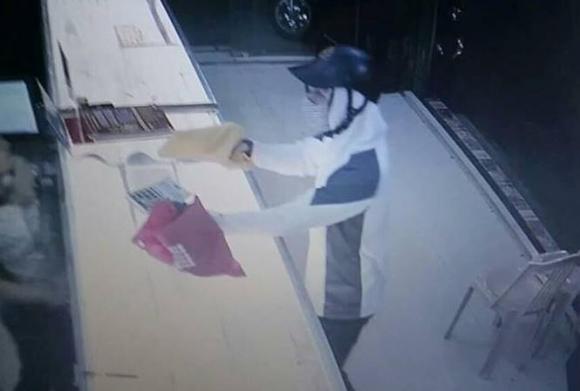 Nhân viên tiệm vàng liều mình giật lại tài sản từ tay kẻ cướp nghi có súng - 1