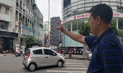 Đang băng qua đường, người đàn ông bị kẻ cướp áp sát giật túi xách chứa hàng trăm triệu đồng ở Sài Gòn