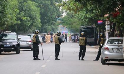 Gần 100 cảnh sát đang bao vây đối tượng cố thủ trong nhà