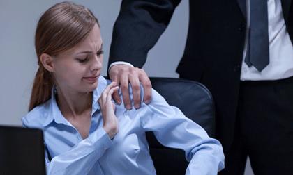 Hết hồn khi sếp sầm sập đến thăm nhà và sấn sổ ôm nhân viên
