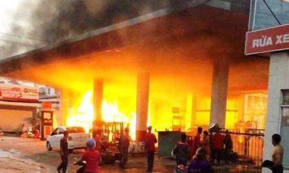 Hé lộ nguyên nhân cây xăng ở Sài Gòn cháy kinh hoàng, nhiều người tháo chạy