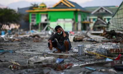Người dân 'thị trấn thây ma' ở Indonesia phải bới rác ăn sau động đất