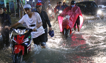 Người Sài Gòn trắng đêm tát nước, đẩy xe trên đường ngập nửa mét