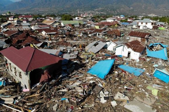 Người dân thị trấn thây ma ở Indonesia phải bới rác ăn sau động đất