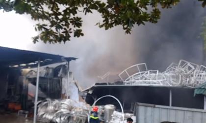 Huế: Cháy dữ dội kèm nhiều tiếng nổ lớn, khói đen cao ngút