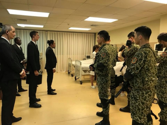 Hé lộ hình ảnh phân cảnh đại úy Duy Kiên - Song Luân đứng trước họng súng bảo vệ Khả Ngân - Ảnh 2.