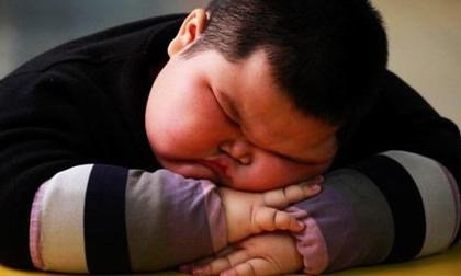 Cậu bé 4 tuổi tử vong trong khi ngủ, người lớn cần dừng ngay việc chăm con kiểu tai hại