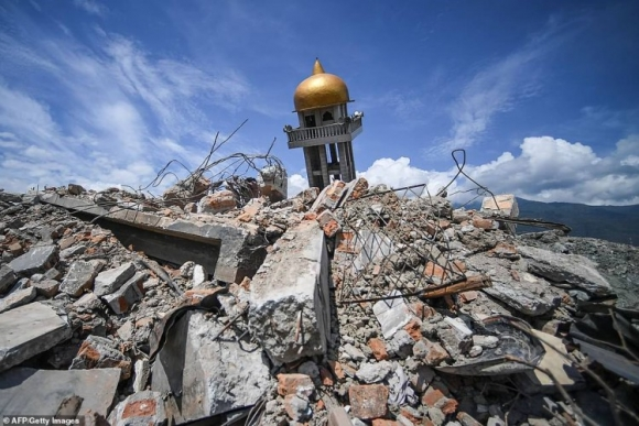 Trong khu vực bị tàn phá, các tòa nhà bị phá hủy được bao phủ trong các lớp gạch đá, sắt thép và mái lợp.