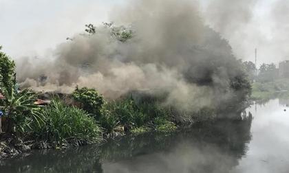 Khói lửa bao trùm cơ sở thu mua ve chai cạnh dãy nhà trọ ở Sài Gòn, hàng chục người bỏ chạy tán loạn