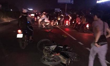 Chồng ngồi ôm thi thể vợ khóc ngất sau vụ tai nạn liên hoàn trên quốc lộ