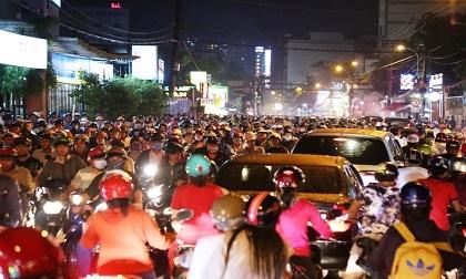 """Ngập nước, kẹt xe kinh hoàng, người Sài Gòn như """"hóa điên"""""""