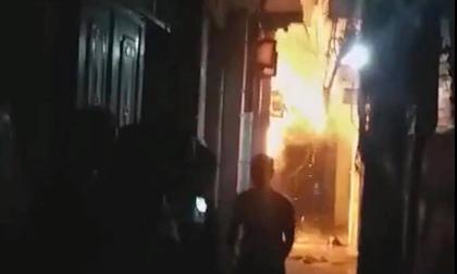 Hà Nội: Tẩm xăng đốt nhà bố vợ lúc nửa đêm, con rể và cháu ngoại 6 tuổi bỏng nặng