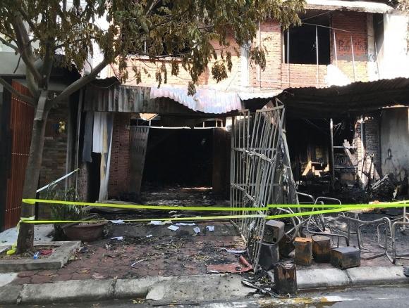 Những hình ảnh đau lòng sau vụ cháy xưởng sản xuất ghế sofa ở Hà Nội - 1