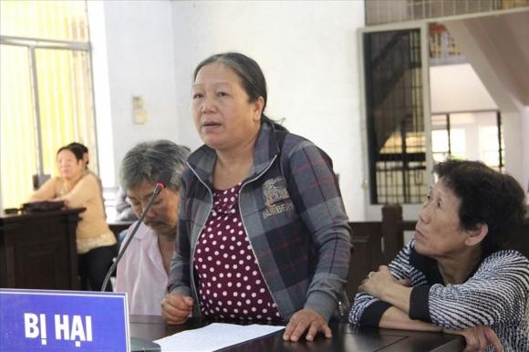 Bà Nguyễn Thị Lan, mẹ nạn nhân  gởi đơn cầu cứu khắp nơi vì cho rằng Lộc giả điên sau khi giết con bà.