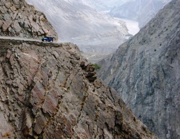 Tim đập chân run đi trên những con đường núi quanh co, sẩy chân là chết - 2