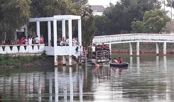 Bơi xuồng ra hồ chơi, 2 thiếu niên bị nước nhấn chìm